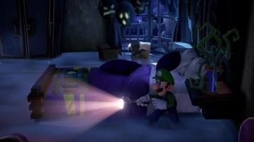 משחק Luigi's Mansion 3 לנינטנדו סוויץ' - לואיג'י עם פנס בחדר חשוך