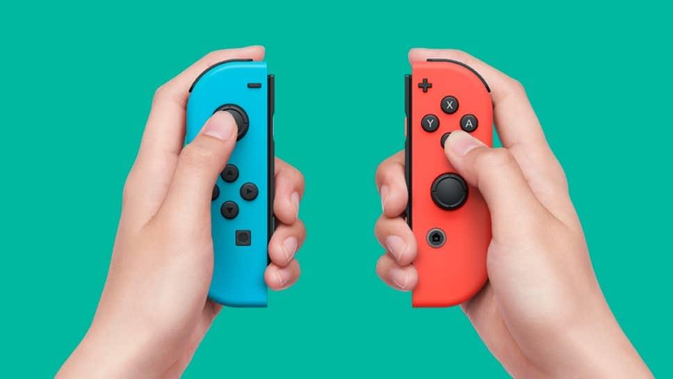 ידיים מחזיקות בקרי ג'וי-קון בצבעים אדום וכחול