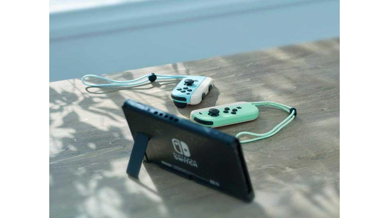 קונסולת Nintendo Switch במהדורת אנימל קרוסינג - מצב שולחני על שולחן עץ