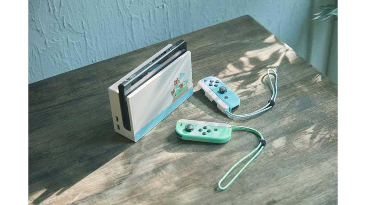קונסולת Nintendo Switch במהדורת אנימל קרוסינג - בקרי ג'וי-קון ותחנת עגינה על שולחן עץ