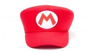 כובע עם האות M של סופר מריו בצבע אדום