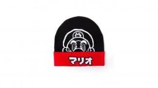 כובע גרב שחור ואדום עם איור של מריו וכיתוב יפני