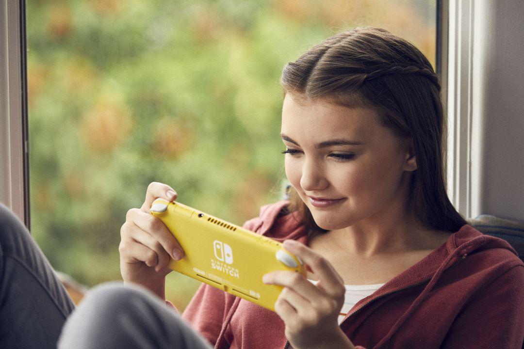 נערה משחקת בנינטנדו סוויץ' לייט בצבע צהוב