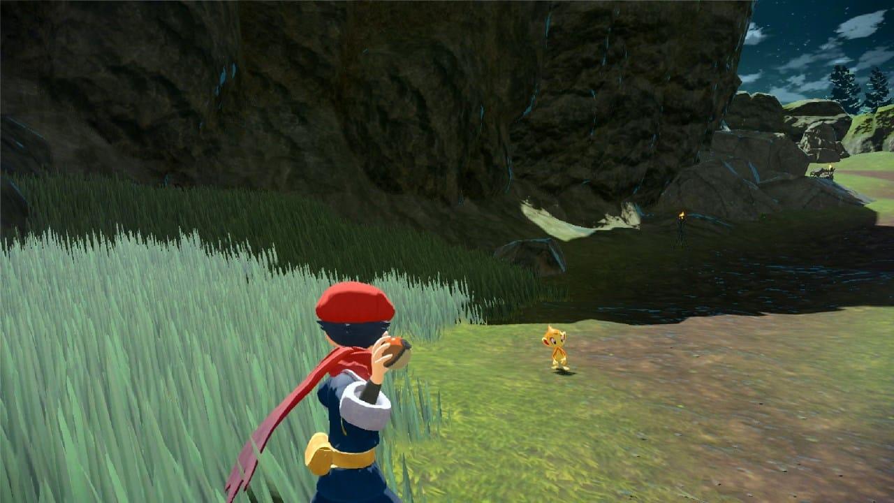 משחק Pokémon Legends: Arceus לנינטנדו סוויץ' - שחקן עומד לזרוק פוכדור