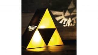 מנורת Triforce צהובה המקרינה את לוגו היירול מהצדדים על הקירות.