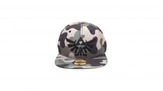 כובע בצבעי הסוואה עם Triforce שחור.