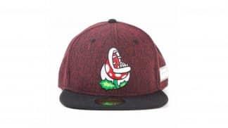 כובע בצבע בורדו עם איור של צמח פיראנה ממשחקי מריו
