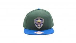 כובע בצבעים ירוק וכחול עם מגן היילי מתכתי.