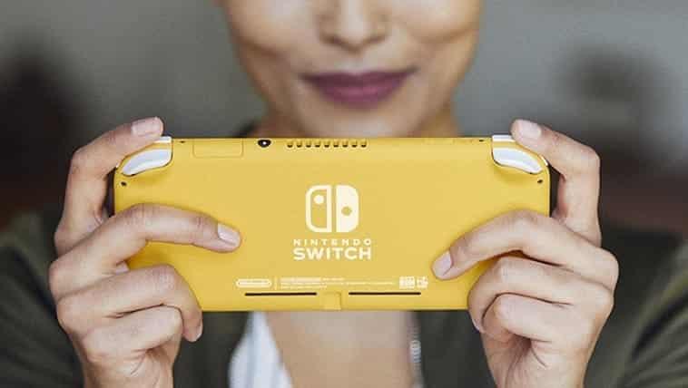 אישה מחזיקה קונסולת נינטנדו סוויץ' לייט בצבע צהוב