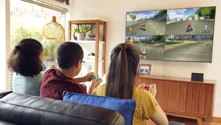 ילדים משחקים במשחק מריו קארט 8 דלוקס מול הטלויזיה