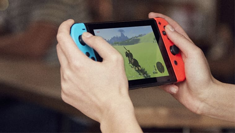 איש משחק בנינטנדו סוויץ' במצב נייד במשחק The Legend of Zelda: Breath of the Wild