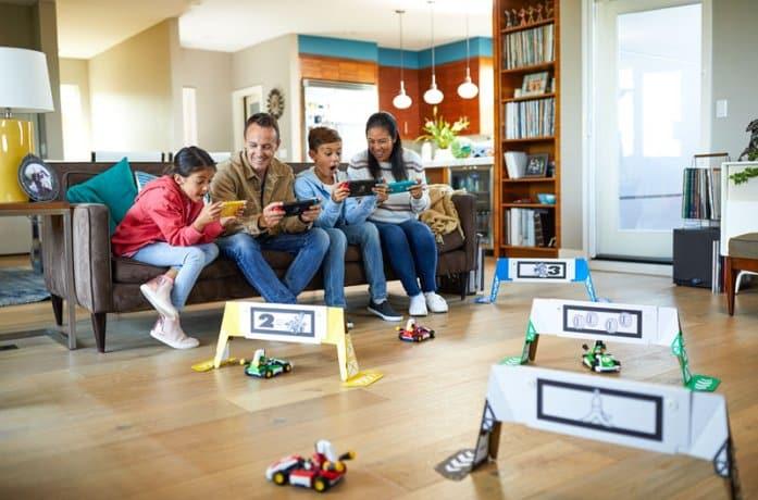 משפחה משחקת  MarioKart Live Home Circuit