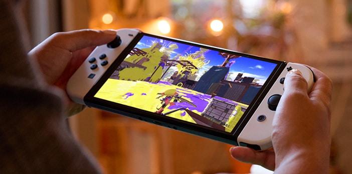ידיים מחזיקות את Nintendo Switch OLED