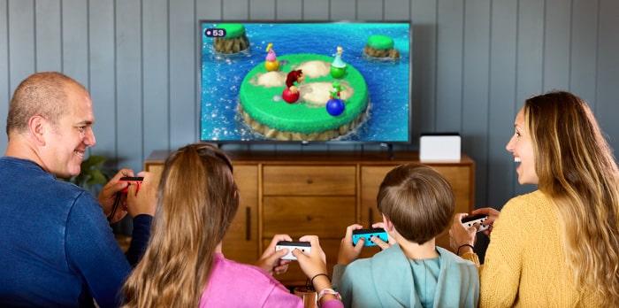משפחה משחקת ב Nintendo Switch OLED