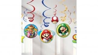 קישוטי מסיבה נתלים בעיצוב דמויות ממשחקי סופר מריו.