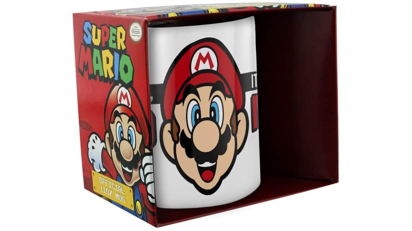 """אריזת הספל הלבן עם איור דמותו של סופר מריו וכיתוב """"It's-a me, Mario""""."""