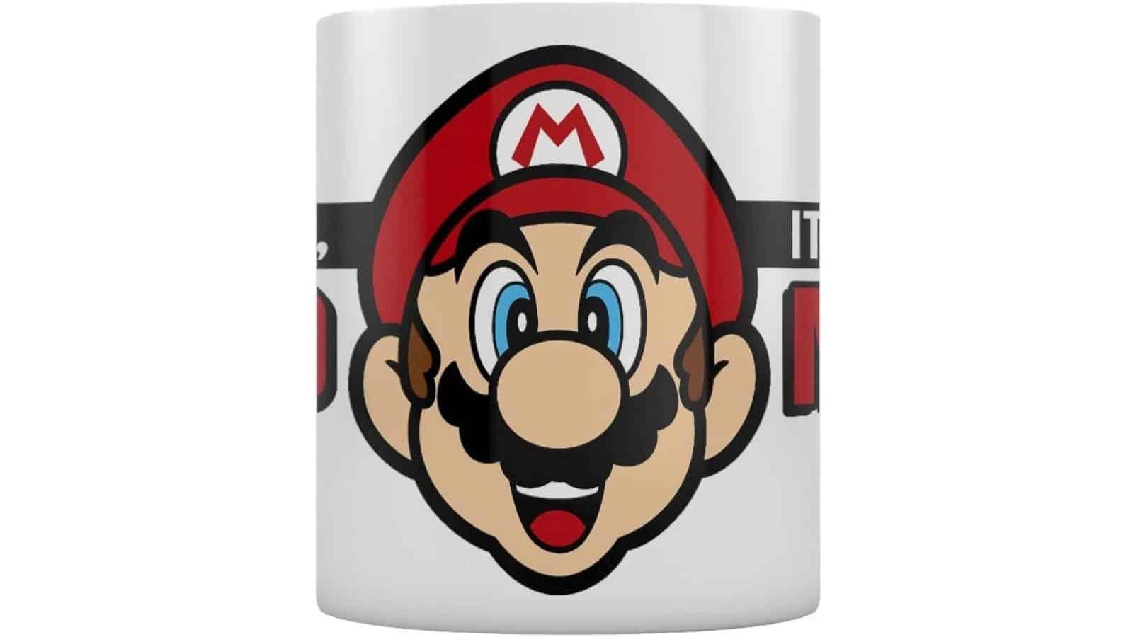 """ספל לבן עם איור דמותו של סופר מריו וכיתוב """"It's-a me, Mario""""."""